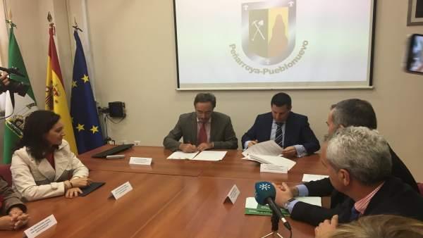 El consejero y el alcalde firman el convenio