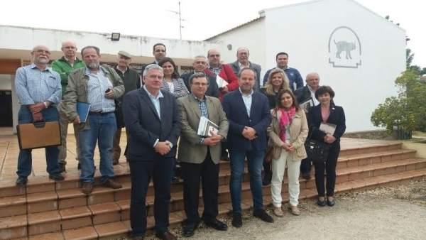 Algar (centro), acompañado por los miembros de la Junta Rectora