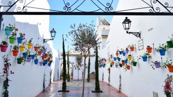 Plaza estepona pública jardín costa del sol pueblo municipio nblanco flores