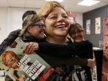 Dos trabajadoras del Gremi de Pastisseria de Barcelona se abrazan a la Grossa