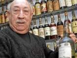 Un jubilado de Elche, récord Guinness a la mayor colección de botellas de brandy