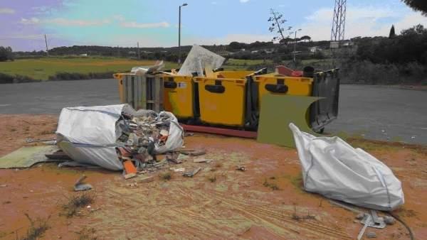 Dos vecinos de Aljaraque denunciados por arrojar escombros en contenedores.
