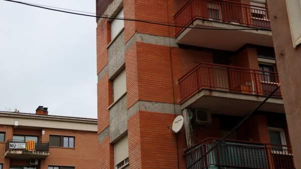 El edificio de Sant Boi donde han retirado la antena de Vodafone. Al fondo, un balcón con la pancarta de rechazo a la misma.