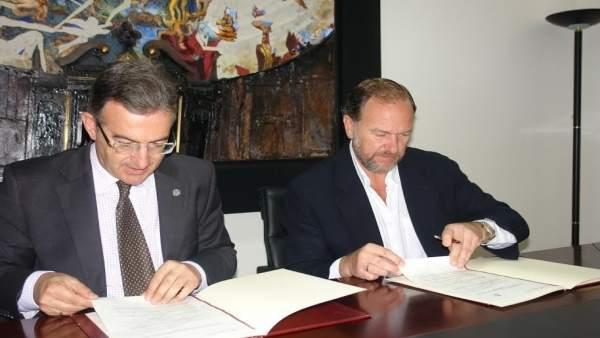 El rector de la UHU, Francisco Ruiz, y el de la FOE, José Luis García-Palacios.