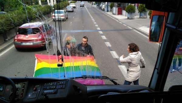 Momento en el que el autobús sufre el ataque.