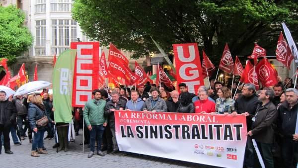 Concentración de partidos y sindicatos contra la precariedad laboral