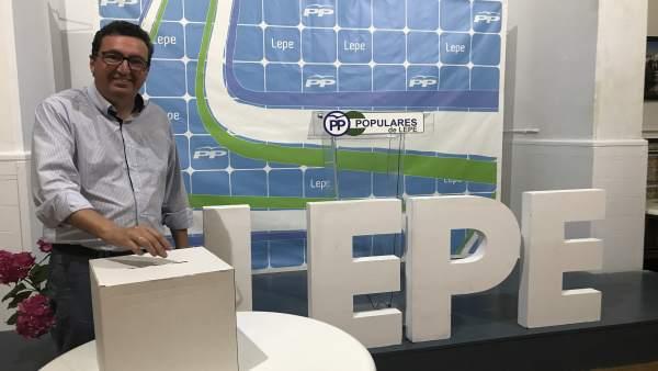 El presidente del PP de Huelva, Manuel Andrés González, vota para su reelección
