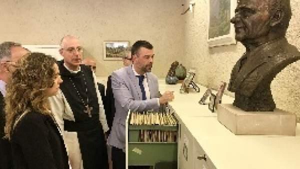 El conseller S.Vila en el Monasterio de Poblet