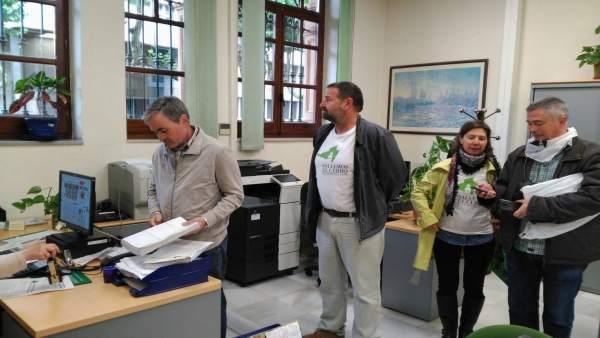 Entrega de firmas en el registro de la Junta de Andalucía