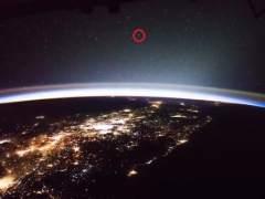 Un astronauta graba extraños objetos móviles encima de la Tierra