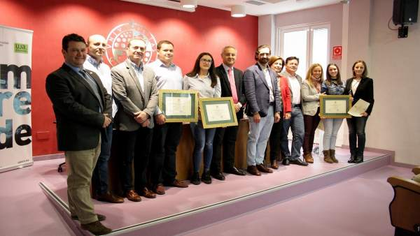 Foto de familia de representantes institucionales y premiados.