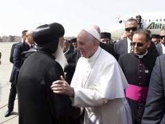 El papa visita Egipto 3 semanas después de un doble atentado contra cristianos