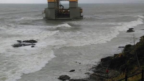 Gabarra de construcción, varada cerca de Benalmádena (Málaga) al romper remolque