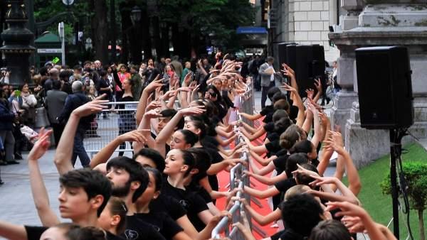 Alumnos de las escuelas de danza de Bizkaia bailan en la calle