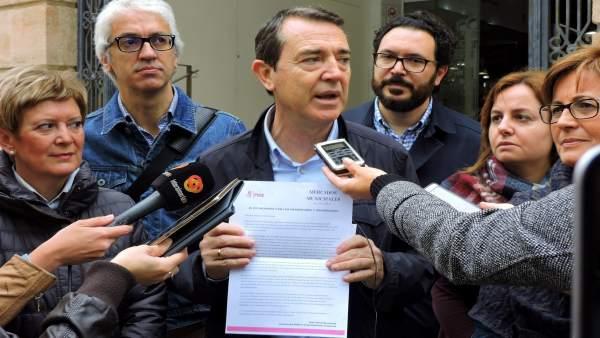 El portavoz del PSOE en el Ayuntamiento entrega cartas en el Mercado Central