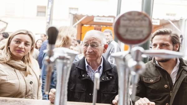 Amat inaugura Feria de Cerveza Artesanal en Roquetas