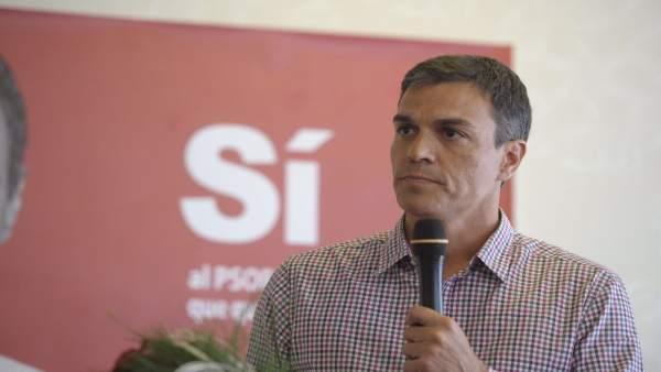 Pedro Sánchez en un encuentro con militantes