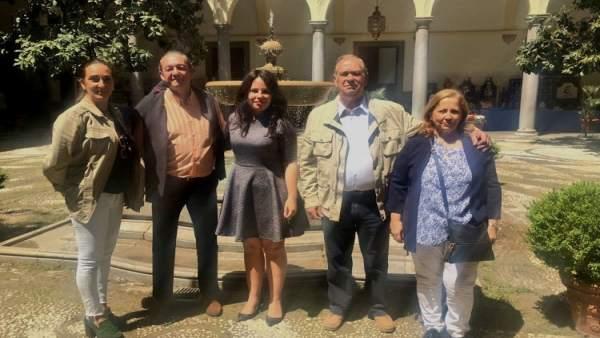La concejal Lorena Rodríguez (Cs) junto a miembros de la Hermandad del Rocío