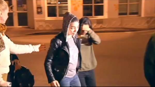 Llega a Torrox la joven española y su novia