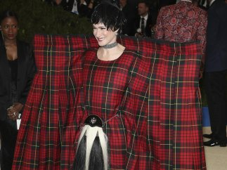 Julie Macklowe y su enorme falda escocesa