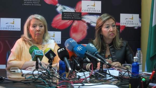 Milagrosa Gómez, presidenta de la Asociación Provincial de Joyeros, Plateros y Relojeros de Córdoba San Eloy, y Magdalena Entrenas, abogada de la entidad.
