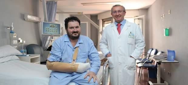 Cirujanos de Povisa reimplantan la mano a un albañil tras un accidente laboral