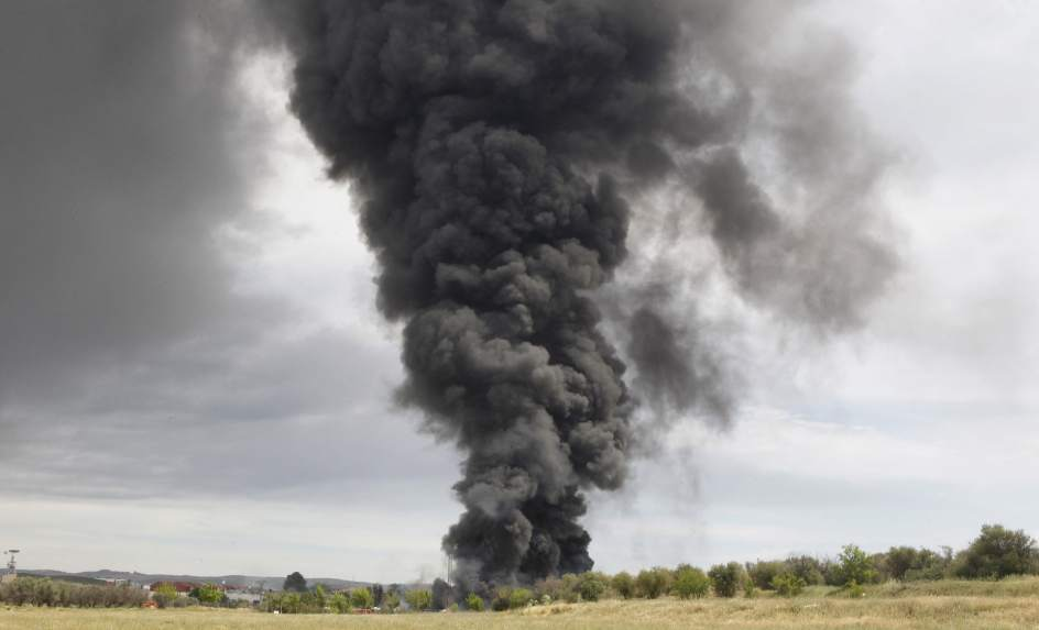 Un incendio con explosiones en una planta qu mica de - Cocinas en arganda del rey ...
