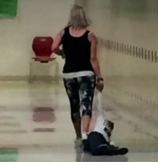 Resultado de imagen de despiden a una profesora despues de arrastras a un alumno por un pasillo
