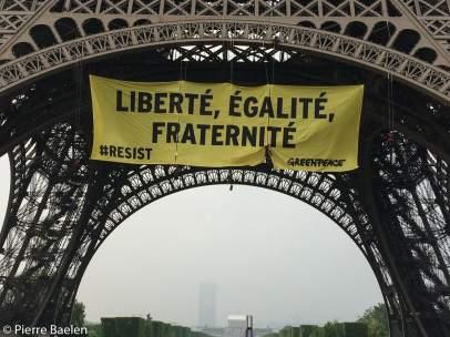 Mensaje contra Le Pen en la Torre Eiffel