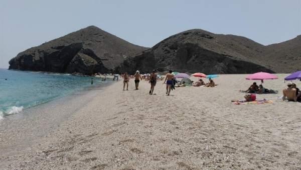carboneras propone mejorar accesos a la playa de los muertos con un
