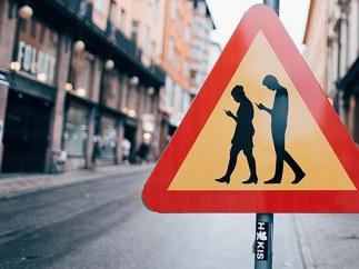 Peatones usando el móvil