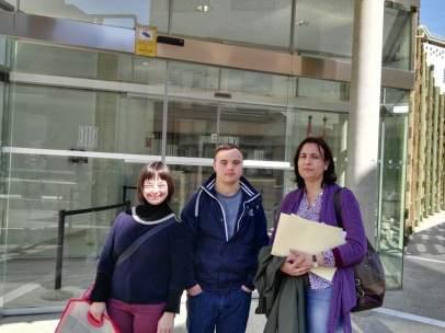 Pilar Sanjuán i dos joves de Down Lleida ante la Fiscalía