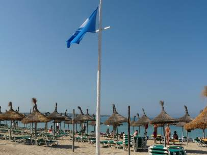 Bandera azul en playa de Palma