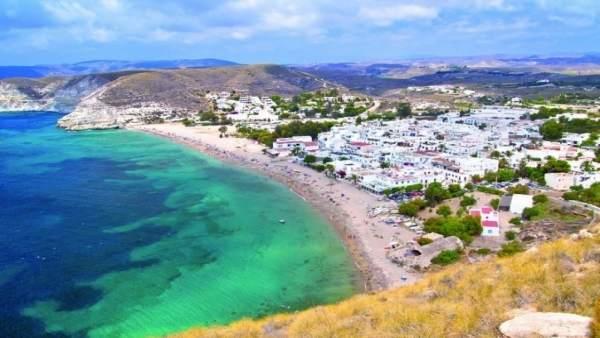 Agua Amarga es una de las playas de Níjar que onderán la Bandera Azul.