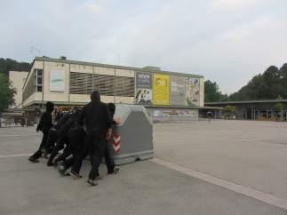 Estudiantes de la UAB montando barricadas en el campus de la UAB
