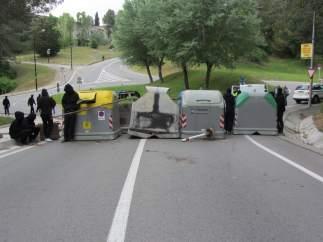 Una de las barricadas en los accesos a la UAB