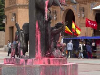 Los monumentos de la Plaza de Toros de Las Ventas, rociados de pintura rosa