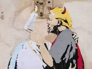 El papa y Trump besándose