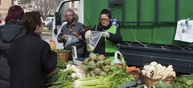 Venda de vegetals dels pagesos del Baix Llobregat a la Colònia Güell.