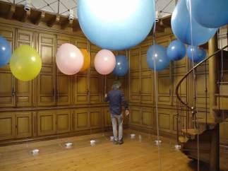 El artista desplegará una instalación de globos