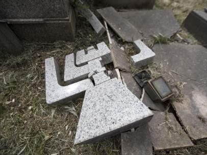 Lápidas destrozadas en el Cementerio del Verano de Roma