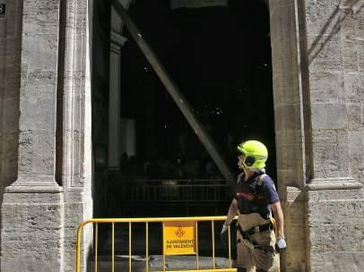 Una mujer herida al caerle encima una puerta de la Basílica de València