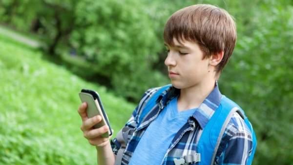 Un niño con un móvil