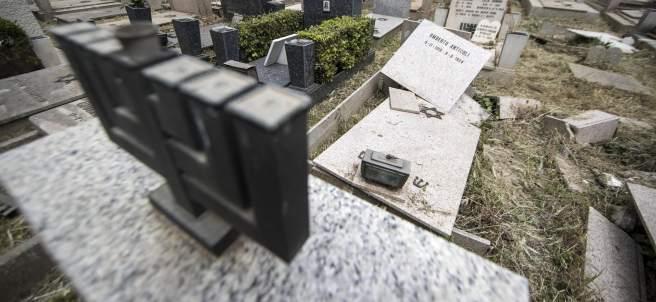 Lápidas rotas en un cementerio