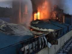 13 Dotaciones De Bomberos Trabajan En El Incendio De Una Nave En Sant Cugat