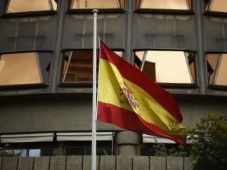 La bandera de España ondea en el Tribunal Constitucional.