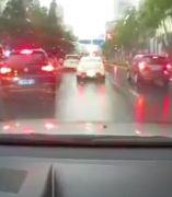 Un rayo inunda la carretera