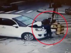 Queda atrapado entre un vehículo y un semáforo