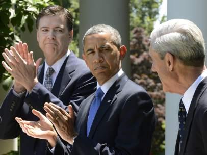 Barack Obama (c), y James Comey (i) y Robert Mueller