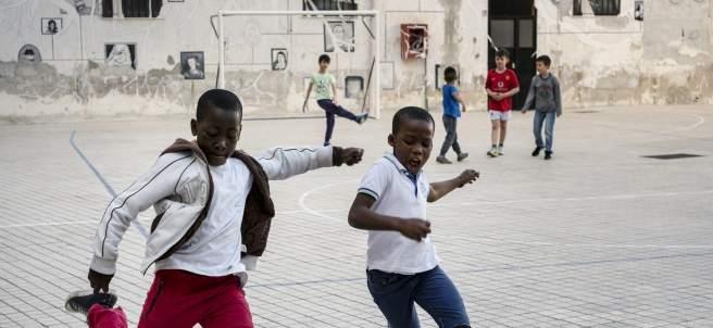 Varios niños somalíes, jugando al fútbol con italianos en Santa Chiara